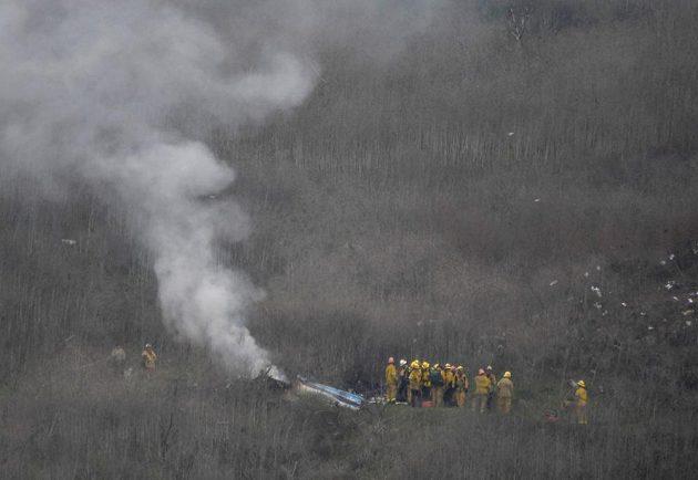 Záchranáři prohlížejí místo nehody, při níž zahynul Kobe Bryant.