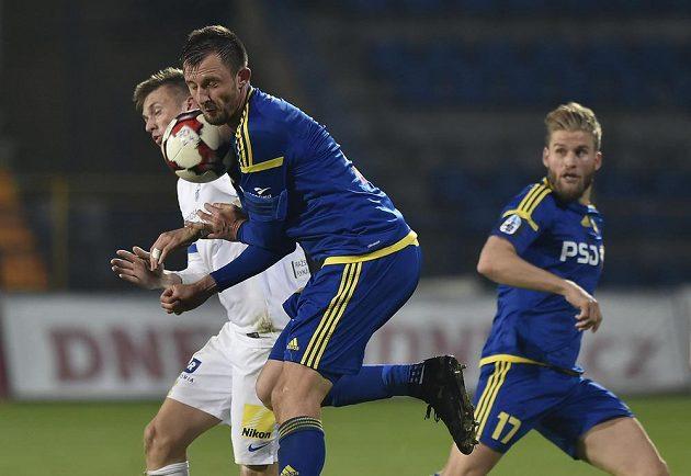 Střelci gólů v tvrdém souboji. Martin Graiciar z Liberce bojuje s Jiřím Krejčím z Jihlavy.