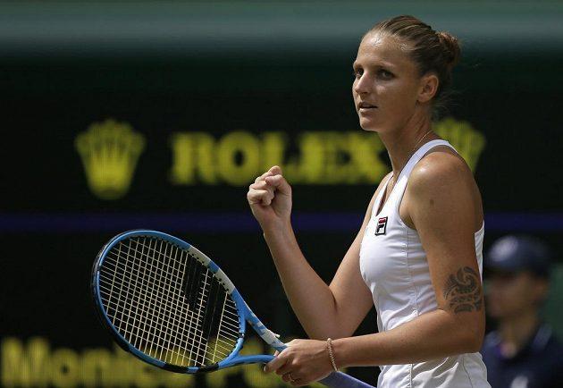 Vítězné gesto Karolíny Plíškové ve druhém kole Wimbledonu.
