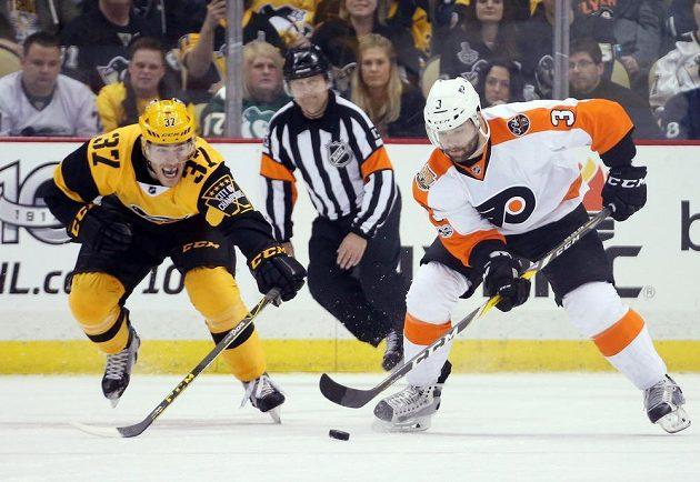 Obránce Philadelphie Flyers Radko Gudas se na ledě Pittsburghu Penguins také zapsal mezi střelce a pomohl svému týmu k výhře 6:2. Gudas se trefil v závěru do prázdné branky, na snímku se jej snaží zastavit Carter Rowney (37).