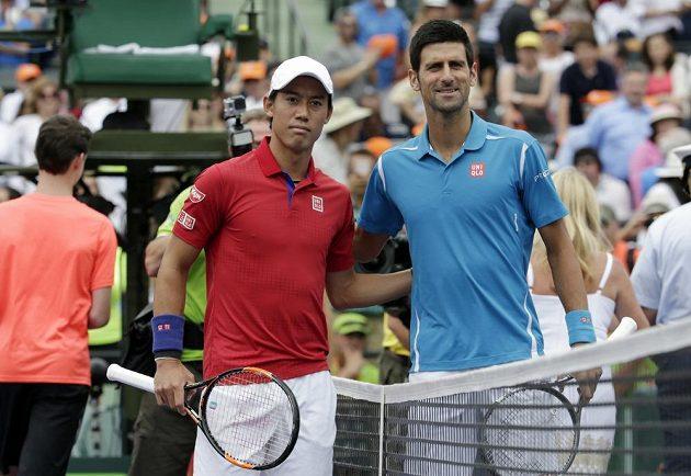 Srbský tenista Novak Djokovič (vpravo) před finále v Miami s Keiem Nišikorim.