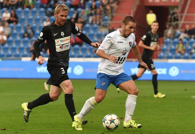 Jablonecký Tomáš Hübschman (vlevo) v souboji s Karolem Mondekem z Baníku v utkání 7. kola Synot ligy.