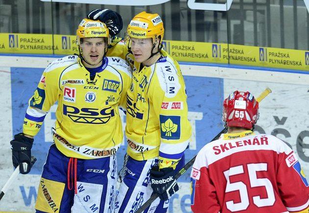 Útočník Zlína Roman Vlach (vlevo) přjímá gratulaci ke gólu v zápase se Slavií.