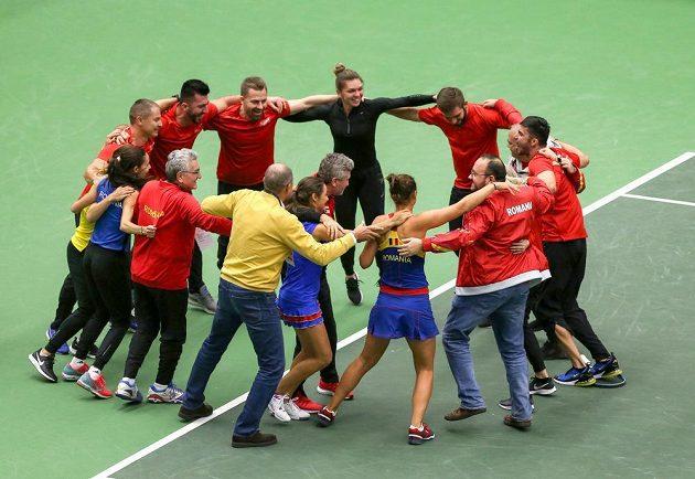 Rumunský tým se raduje z celkového vítězství 3:2 nad českými tenistkami.