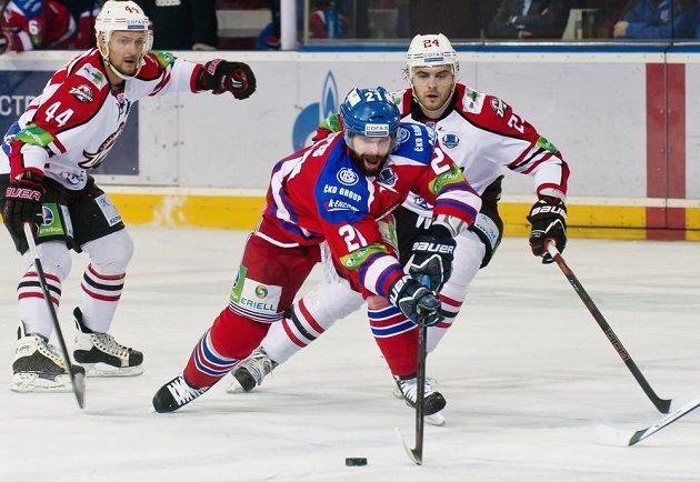 Zleva útočník Doněcku Sergej Varlamov, forvard Lva Praha Jakub Klepiš a Roman Blagoj.