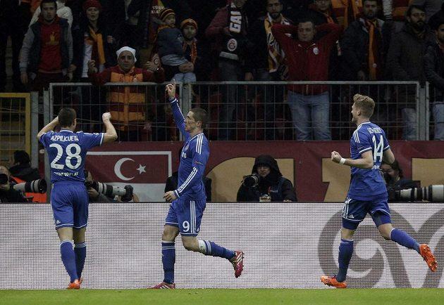 Fernando Torres (vpravo) se raduje se spoluhráčem z Chelsea Cesarem Azpilicuetou z gólu proti Galatasarayi Istanbul.