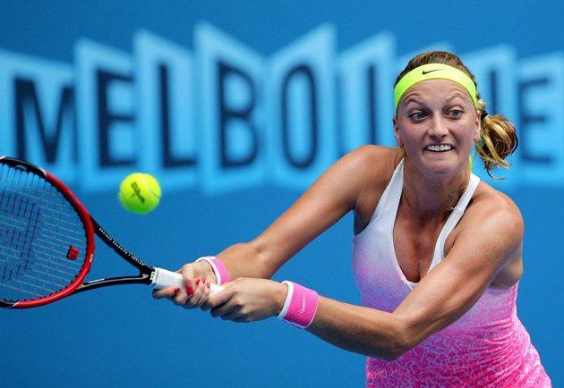 Petra Kvitová vrací míček v zápase s Monou Barthelovou ve 2. kole Australian Open.