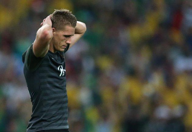 Německý střelec Nils Petersen zpytuje svědomí. Nedal penaltu a Brazilcům se otevřela cesta k triumfu.