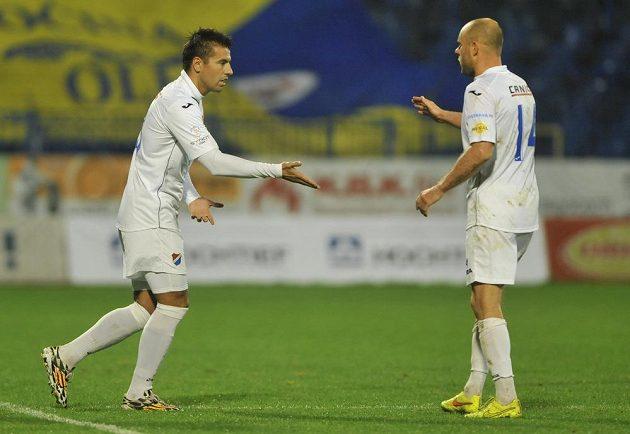 Útočník Baníku Milan Baroš (vlevo) střídá záložníka Joela Lindpereho v 74. minutě zápasu s Jihlavou.