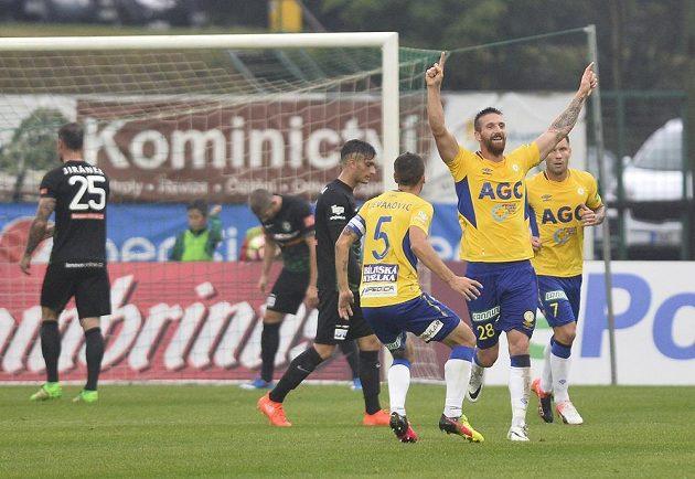 Tepličtí se radují z prvního gólu, druhý zprava je střelec branky David Vaněček.