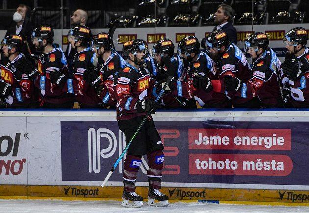 Autor prvního gólu Sparty Michal Řepík se raduje se spoluhráči.