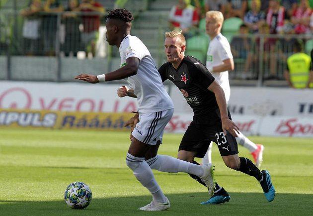 Karvinský fotbalista Gigli Ndefe v souboji se slávistou Petrem Ševčíkem během utkání 4. kola fotbalové ligy.
