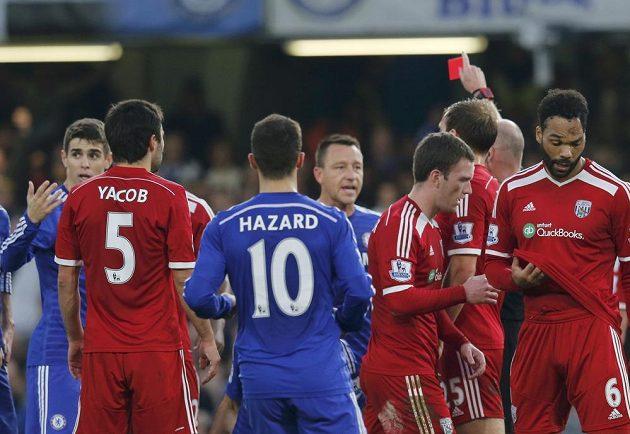 Rozhodčí Lee Mason dává červenou kartu Claudiu Yacobovi z WBA v utkání s Chelsea.