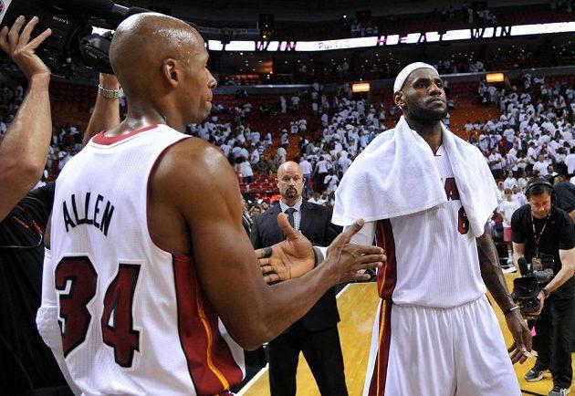 Ray Allen (34) a LeBron James (6) z Miami po výhře ve čtvrtém zápase s Indianou.