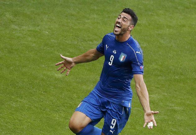 Italský útočník Graziano Pellé se raduje z gólu proti Španělsku.