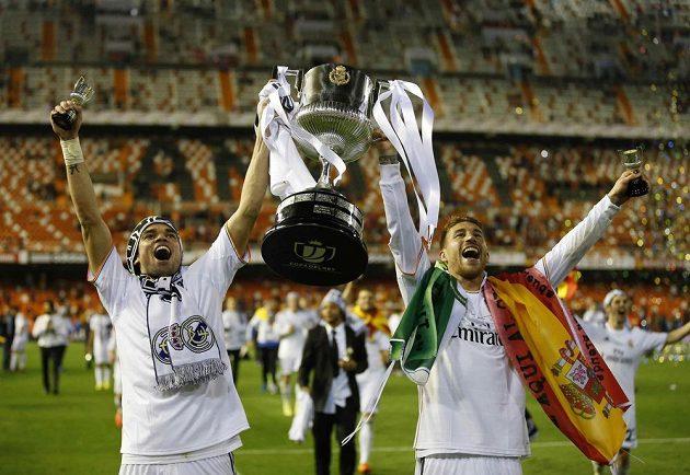 Hráči Realu Madrid Pepe a Sergio Ramos (vpravo) se radují z vítězství nad Barcelonou ve finále Copa del Rey.