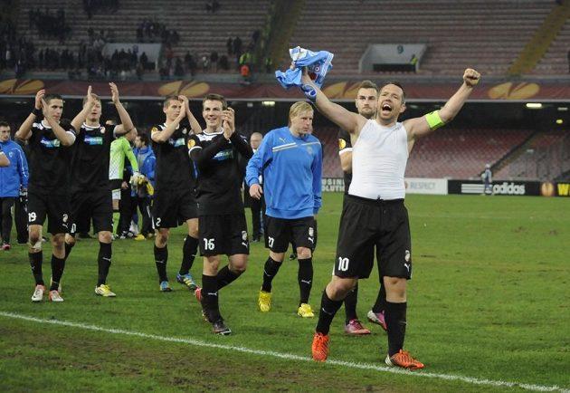 Kapitán Plzně Pavel Horváth (vpravo) slaví se svými spoluhráči výhru nad Neapolí.