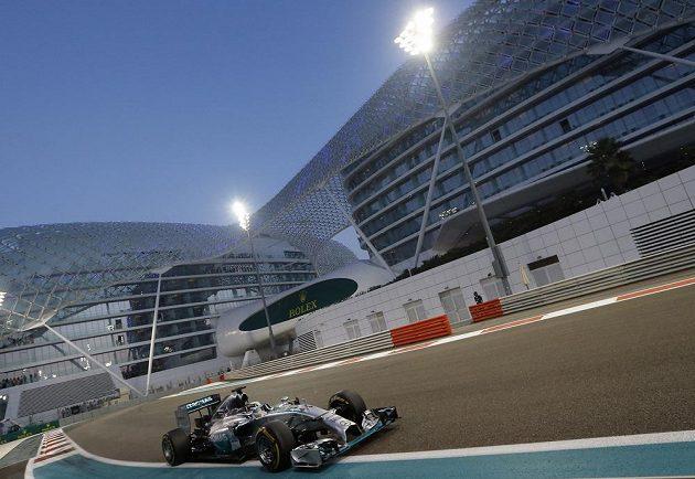 Brit Lewis Hamilton v Abú Zabí na cestě k jedenáctému prvenství v sezóně a titulu mistra světa.