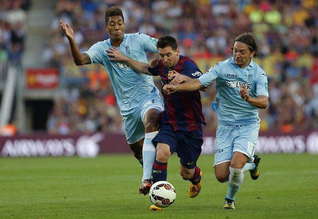 Eddy Silvestre (vlevo) a Manuel Iturra se snaží zastavit Lionela Messiho (uprostřed) z Barcelony.