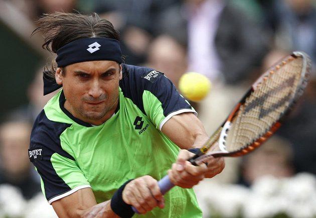 David Ferrer během finálové bitvy na Roland Garros se svým krajanem Rafaelem Nadalem.