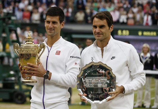 Finalisté letošního Wimbledonu - staronový šampión Novak Djokovič (vlevo) a sedminásobný vítěz Roger Federer.