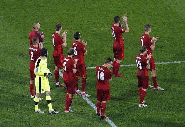 Zklamaní čeští fotbalisté děkují fanouškům po porážce s Tureckem.