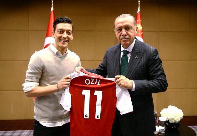 Mesut Özil se poprvé vyjádřil k aféře s kontroverzní fotografií s tureckým prezidentem Recepem Tayyipem Erdoganem a uvedl, že by se s ním vyfotil znovu.