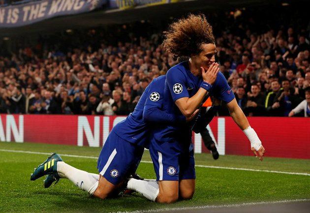 Fotbalista Chelsea David Luiz a jeho oslava gólu v utkání Ligy mistrů proti AS Řím.