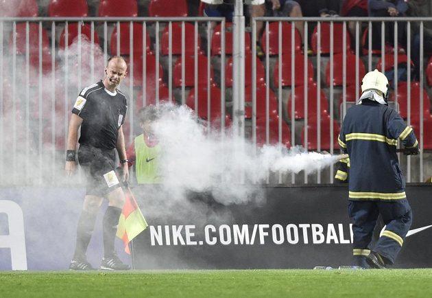 Rozhodčí v ohrožení, hasič likviduje zakázanou pyrotechniku během utkání Zbrojovka Brno - Viktoria Plzeň.