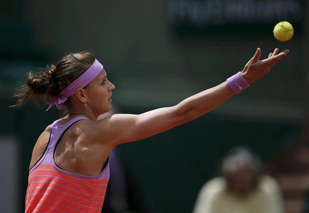Česká tenistka Lucie Šafářová servíruje v zápase se Španělkou Garbiňe Muguruzaovou.