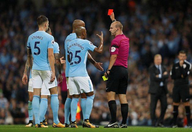 Fotbalista Manchesteru City Kyle Walker viděl na konci první půle zápasu s Evertonem červenou kartu.