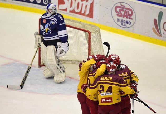 Hráči Dukly Jihlava se radují z druhého gólu v síti kladenského brankáře Lukáše Cikánka během semifinále play off první hokejové ligy.