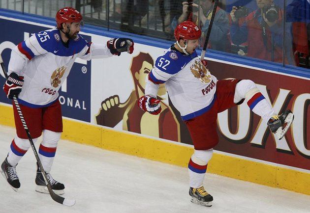 Rus Sergej Širokov (vpravo) jásá po vedoucím gólu ve finále s Danisem Zaripovem.