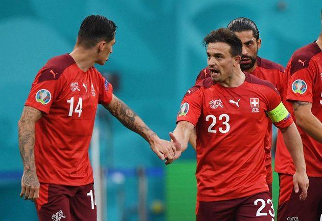 Švýcarský střelec gólu Xherdan Shaqiri oslavuje ve čtvrtfinále EURO trefu do španělské sítě.