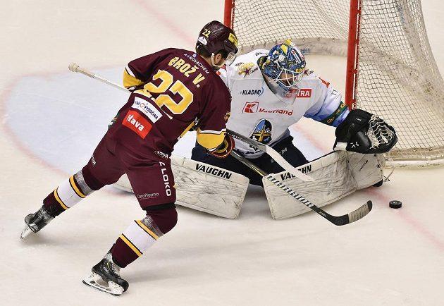 Čtvrtý zápas finále play off první hokejové Chance ligy. Zleva Vítězslav Brož z Jihlavy a brankář Kladna Andrej Košarišťan.