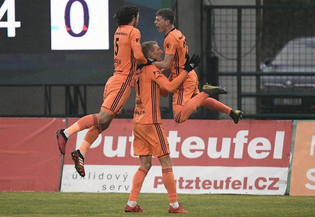 Fotbaisté Mladé Boleslavi (zleva) Alexej Tatajev, Michal Škoda a David Douděra se radují z gólu.