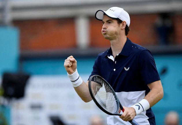 Je zpátky a vítězí. Britský tenista Andy Murray oslavil pět měsíců po operaci kyčle návrat na kurty vítězstvím ve čtyřhře na turnaji v Londýně.