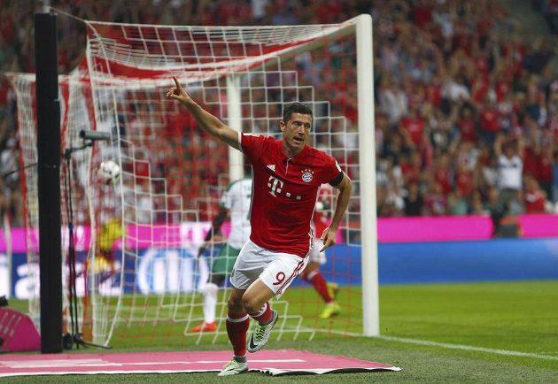 Robert Lewandowski z Bayernu po druhém ze svých tří gólů proti Brémám.