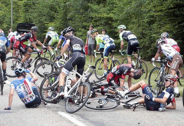 Jeden z hromadných pádů během sedmé etapy Tour de France.