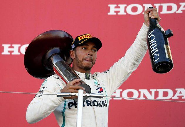 Lewis Hamilton se raduje z triumfu na okruhu v Suzuce.