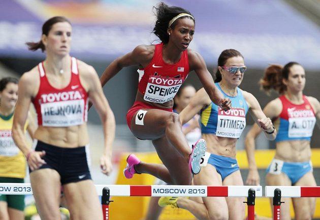 Američanka Christine Spenceová (druhá zleva) v rozběhu na 400 metrů překážek na MS v Moskvě. Vlevo česká atletka Zuzana Hejnová.