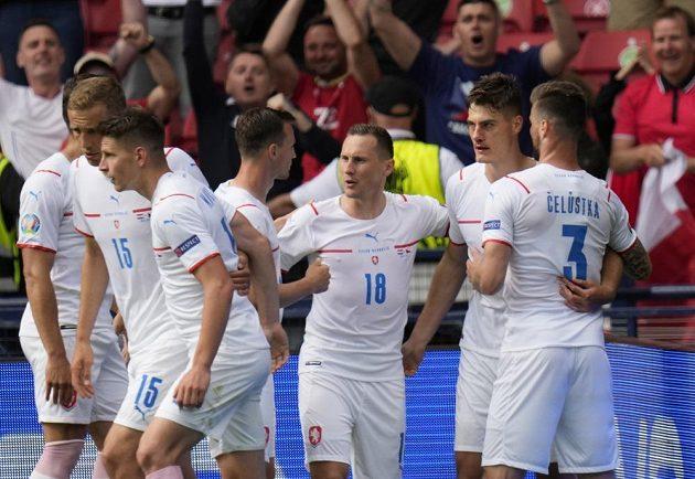 Čeští fotbalisté oslavují vedoucí gól proti Chorvatsku.