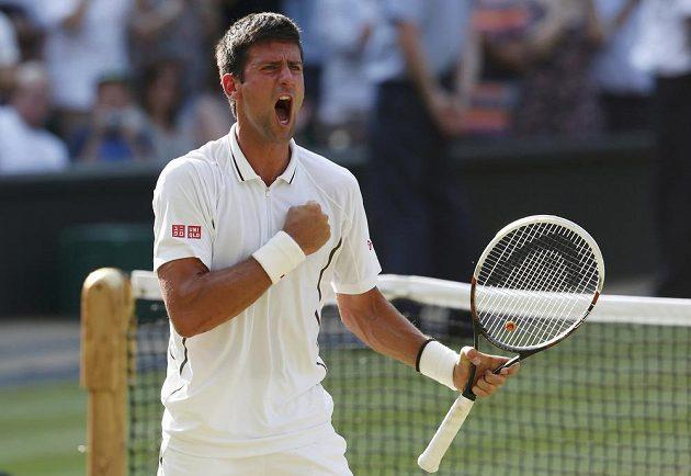 Euforie. Novak Djokovič se raduje z postupu do finále Wimbledonu.