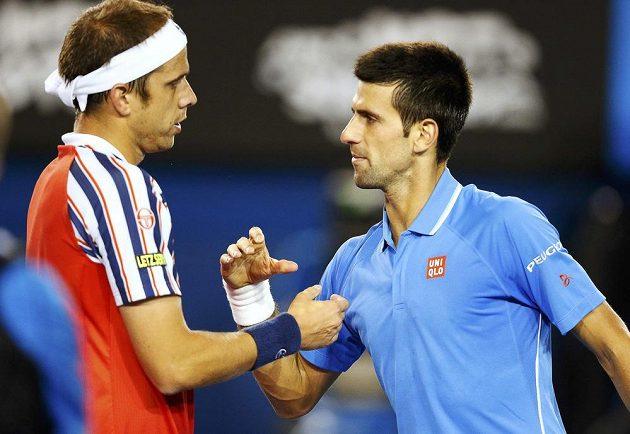Novak Djokovič podává ruku Gillesi Müllerovi (vlevo) po postupu do čtvrtfinále Australian Open.