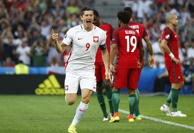 Polský útočník Robert Lewandowski už ve 2. minutě zaskočil portugalskou obranu.