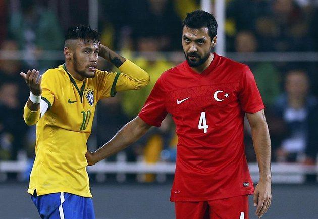Bekir Irtegun (vpravo) z Turecka a brazilský útočník Neymar.