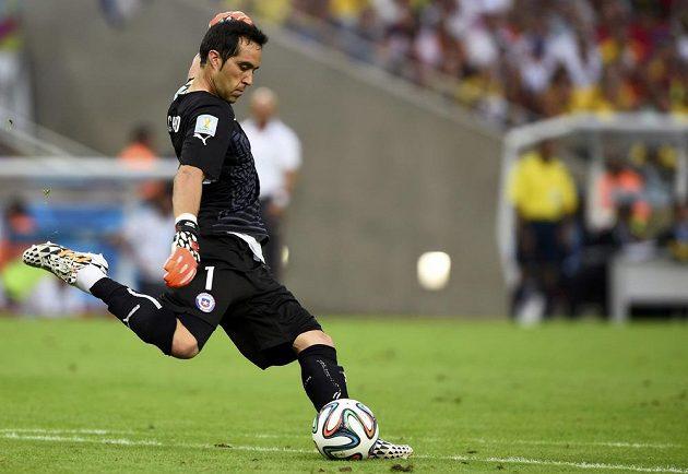 Claudio Bravo vykopává míč v duelu proti Španělsku.