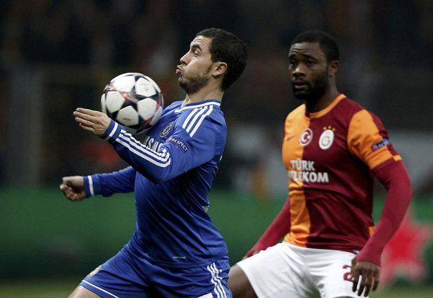 Eden Hazard z Chelsea si zpracovává míč před Aurelienem Chedjouem z Galatasaraye Istanbul.