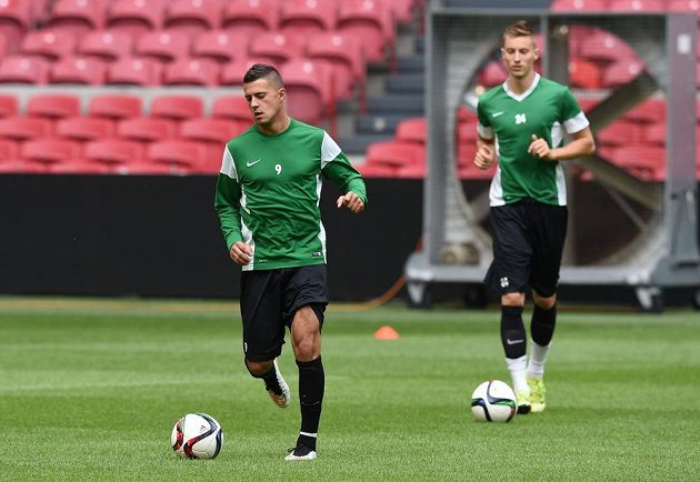 Jablonečtí záložníci Nermin Crnkić (vlevo) a Ján Greguš během tréninku před úvodním utkáním play off Evropské ligy s Ajaxem.