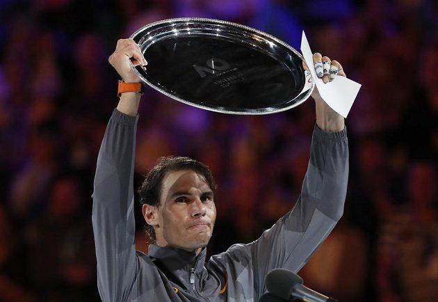 Španěl Rafael Nadal s cenou pro poraženého finalistu Australian Open.